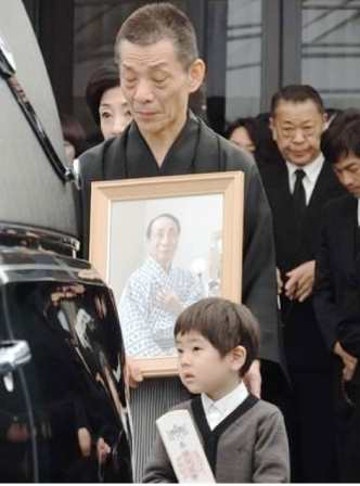 20150409 小山三さんご葬儀 SANSPO
