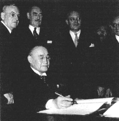Yoshida_signing_the_US-Japan_Security_1951.jpg