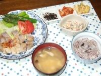 5/7 夕食 豚の塩麹ソテー、こんにゃくの白和え、子持ち昆布、キムチ、かぼちゃサラダ、豆腐とシメジの味噌汁、雑穀ごはん