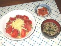 5/9 夕食 こんにゃく麺のトマト冷やし中華、キムチ、ワカメと干しエノキのスープ