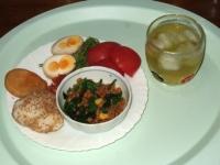 5/14 昼食 ほうれん草とコーンの納豆和え、キムチ、水菜とトマト、じゃが餅、おにぎり