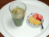 5/15 朝食 グリーンスムージー、ゴールドキウイ、イチゴ