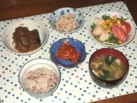 5/18 夕食 さんまの甘酢漬け、こんにゃくの白和え、サラダ、キムチ、小松菜と油揚げと干しエノキの味噌汁、雑穀ごはん