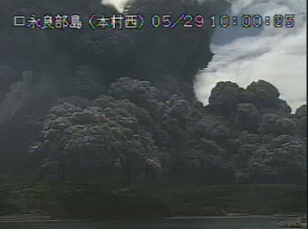 20150529噴煙を上げる口之永良部島の新岳