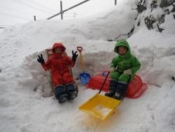 玄関で雪遊び
