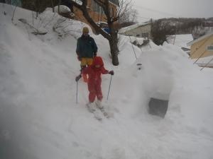 お庭でスキーの練習