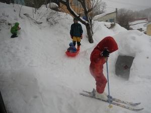 三兄弟雪遊び