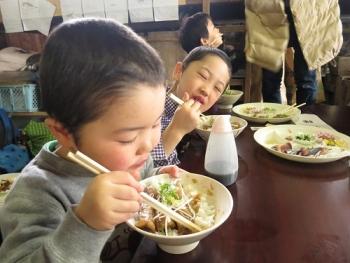 食べる子どもたち