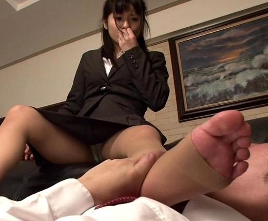 女子大生の蒸れて臭いパンストの足裏で足コキ&足射の脚フェチDVD画像5