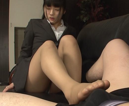 女子大生の蒸れて臭いパンストの足裏で足コキ&足射の脚フェチDVD画像1