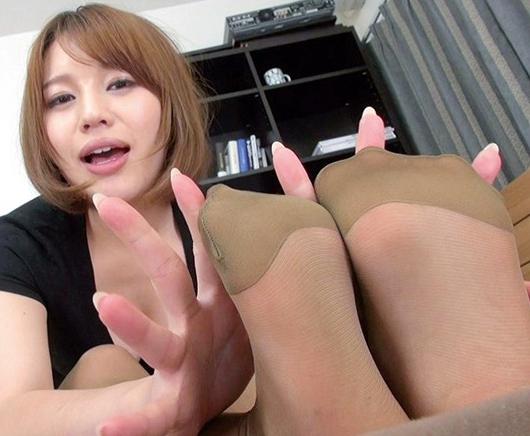 ナチュラルパンストが良く似合うエロ姉さんの足コキでイクの脚フェチDVD画像1