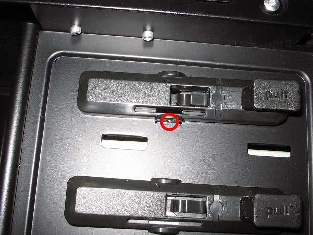 Antec Three Hundred Two AB 振動対策 プラスチック 5.25 インチベイ ツールレスロック機構 上段側取り外し作業 固定箇所チェック ケース下部側から見た視点
