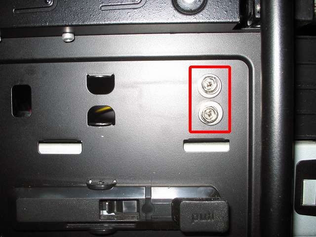 Antec Three Hundred Two AB 振動対策 プラスチック 5.25 インチベイ ツールレスロック機構の代わりに使用する手持ちのステンレス丸ワッシャーとスプリングワッシャーとミリネジを組み合わせて上段側 5.25 インチドライブをネジ止めした状態