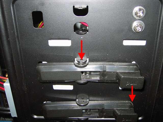 Antec Three Hundred Two AB 振動対策 プラスチック 5.25 インチベイ ツールレスロック機構 中段側取り外し作業 ドライバー等などの先の細いもので上側から丸い突起物を押し込みながら 「pull」 部分を下に持ち下げる(下側から取り外さないのはやりにくいため)