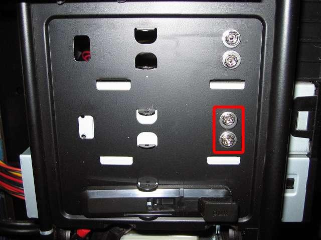 Antec Three Hundred Two AB 振動対策 プラスチック 5.25 インチベイ ツールレスロック機構の代わりに使用する手持ちのステンレス丸ワッシャーとスプリングワッシャーとミリネジを組み合わせて中段側 5.25 インチドライブをネジ止めした状態