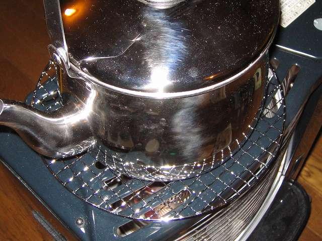 BUNDOK バンドック バーベキュー焼きアミ 丸型 BD-310 の上に水を入れたエルマース ステンレス製 広口 ケットル 3.2L H-2042 を置いて過熱をしている状態