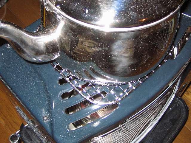 キャプテンスタッグ CAPTAIN STAG 炭焼一番角型焼きアミ6号 175×175mm M-6587 の上に水を入れたエルマース ステンレス製 広口 ケットル 3.2L H-2042 を置いて過熱をしている状態