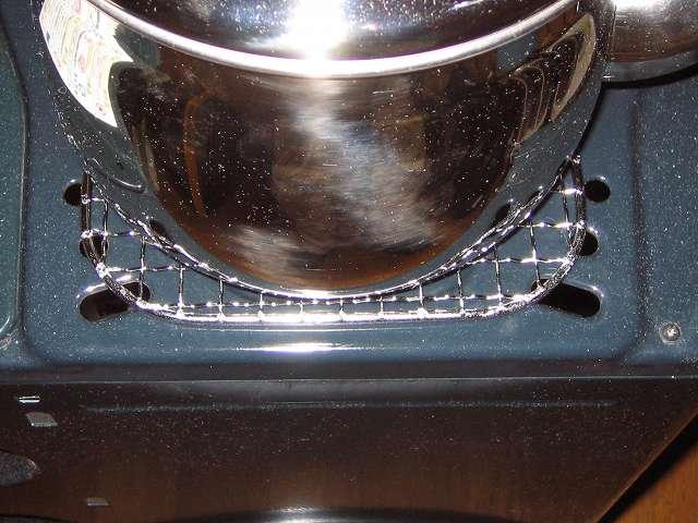キャプテンスタッグ CAPTAIN STAG 炭焼一番角型焼きアミ6号 175×175mm M-6587 の上に水を入れたエルマース ステンレス製 広口 ケットル 3.2L H-2042 を置いて過熱をしている状態 背面角度から