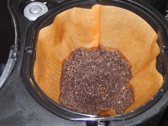 TIGER コーヒーメーカー 真空ステンレスサーバータイプ 8 杯用 ACW-S080-KQ にセットした Melitta エコフィルターペーパー ブラウン Eco PA 1×4G に Kalita 銅メジャーカップを使って擦り切れ 3 杯 約 30g 藤田珈琲 オリジナルブレンドコーヒー 深煎り (粉) を入れ、ドリップ後の状態