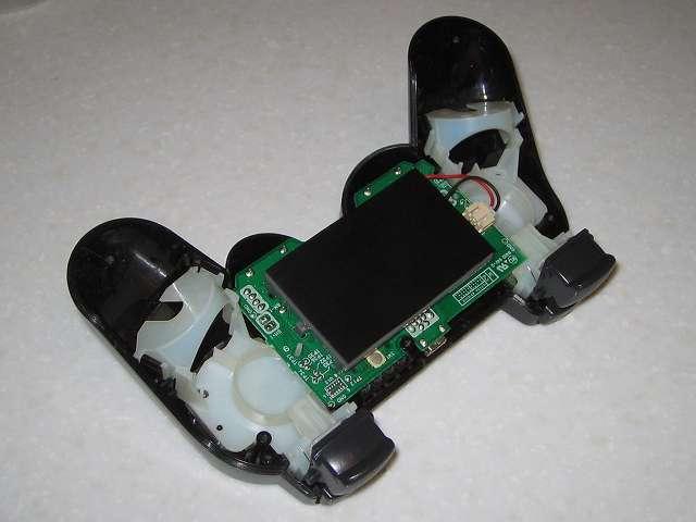 DS3 Dualshock3 デュアルショック3 Wireless Controller Black CECHZC2J A1 誤作動対策(Random Button Error Fix)、リチウムイオンバッテリーにカットした 杉田エース 天然ゴムシート板 NR-5 サイズ 3.5cm(35mm) x 5.8cm(58mm) を置く、誤作動はある程度改善されるが完全には直らず