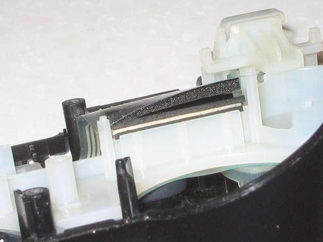 DS3 Dualshock3 デュアルショック3 Wireless Controller Black CECHZC2J A1 誤作動対策(Random Button Error Fix) 失敗事例、カットした厚さ 1mm の 杉田エース 天然ゴムシート板 NR-5 2枚分を基板固定用白いプラスチック台座にあるウレタンスポンジ枠にセットした後、フレキシブル基板を取り付けて固定させた状態を真横から確認