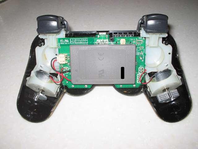 DS3 Dualshock3 デュアルショック3 Wireless Controller Black CECHZC2J A1 分解作業、コントローラー本体下部プラスチックカバー取り外した後の本体内部とコントローラーの電子回路基板、振動モーター、リチウムイオンバッテリー