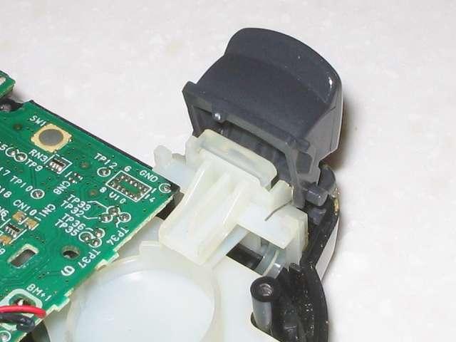 DS3 Dualshock3 デュアルショック3 Wireless Controller Black CECHZC2J A1 分解作業、基板固定用白いプラスチック台座に取り付けられている L2 ボタンの裏側