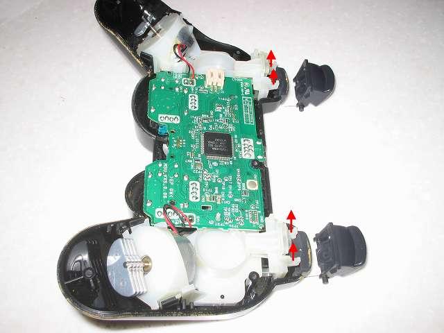 DS3 Dualshock3 デュアルショック3 Wireless Controller Black CECHZC2J A1 分解作業、L2・R2 ボタンを基板固定用白いプラスチック台座から取り外し