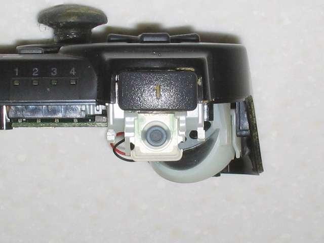 DS3 Dualshock3 デュアルショック3 Wireless Controller Black CECHZC2J A1 分解作業、基板固定用白いプラスチック台座から L2 ボタンを取り外した後の状態