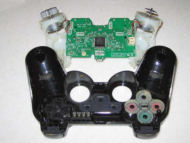 DS3 Dualshock3 デュアルショック3 Wireless Controller Black CECHZC2J A1 分解作業、コントローラー本体から基板固定用白いプラスチック台座を取り外した状態