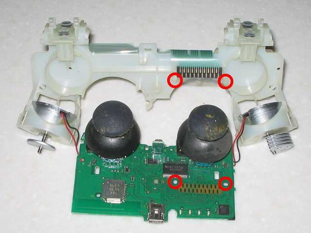 DS3 Dualshock3 デュアルショック3 Wireless Controller Black CECHZC2J A1 分解作業、基板固定用白いプラスチック台座と電子回路基板を分離(画像赤丸 2ヶ所から簡単に取り外し可能)