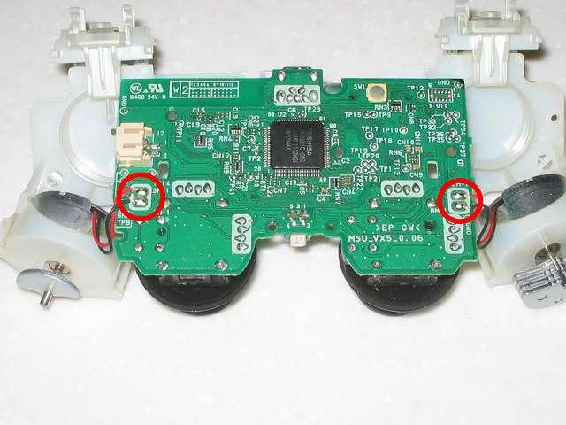 DS3 Dualshock3 デュアルショック3 Wireless Controller Black CECHZC2J A1 分解作業、基板固定用白いプラスチック台座と電子回路基板を分離、振動モーターの配線が電子回路基板にはんだ付けされているため完全に分離することはできない
