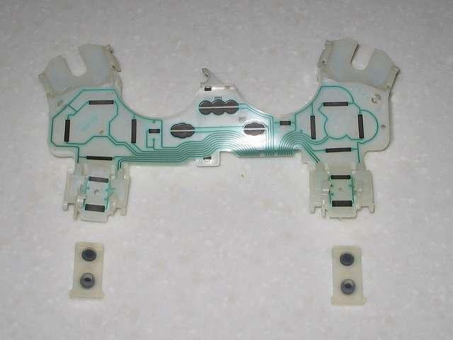DS3 Dualshock3 デュアルショック3 Wireless Controller Black CECHZC2J A1 分解作業、基板固定用白いプラスチック台座とフレキシブル基板に取り付けられている L1・R1 ボタンのラバーパッドの取り外し