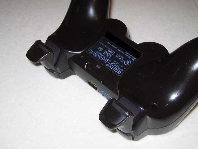 DS3 Dualshock3 デュアルショック3 Wireless Controller Black CECHZC2J A1 アタッチメント用 デイテル・ジャパン PS3用 アナログスティックカバープラス L2・R2 ボタントリガーパッド取り付け コントローラー本体下部プラスチックカバーから撮影