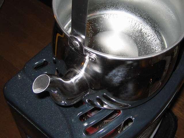 水と食酢を入れたエルマース ステンレス製 広口 ケットル 3.2L H-2042 をふたをせず加熱沸騰後、約10分間煮立てる(吹きこぼれに注意)