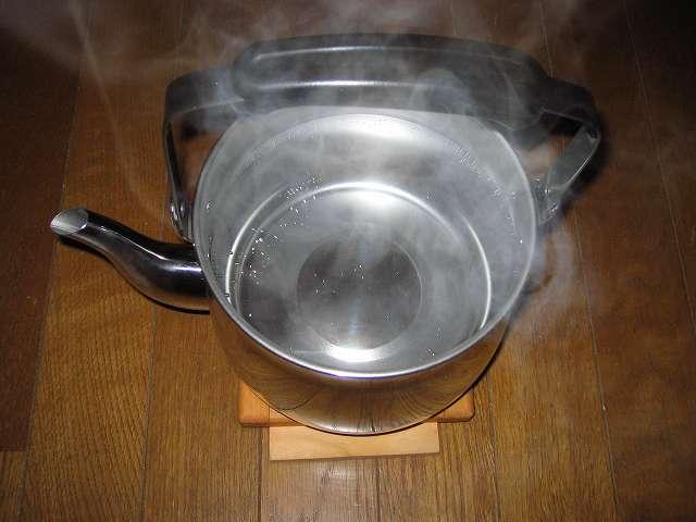 水と食酢を入れたエルマース ステンレス製 広口 ケットル 3.2L H-2042 煮立てた後、約 1 時間放置した後にお湯を捨てる。食器用洗剤をつけてスポンジ等で十分洗いすすぐ