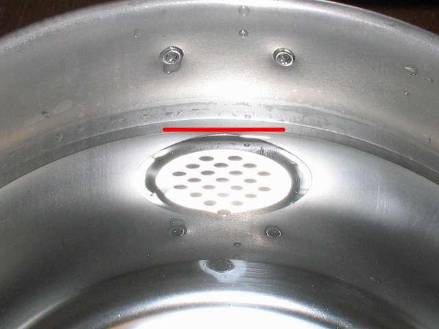 エルマース ステンレス製 広口 ケットル 3.2L H-2042 に水を沸かせる適正容量 2.2Lを入れた時の本体内部 拡大