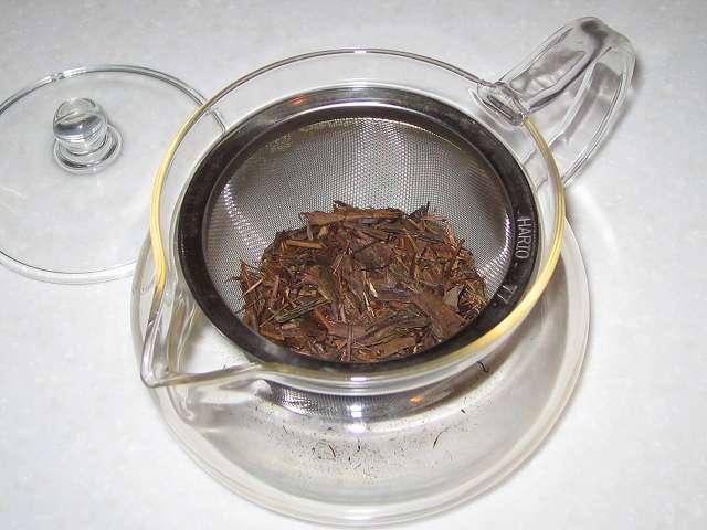 HARIO 茶茶急須 丸 450ml CHJM-45T 茶こしにほうじ茶を入れたところ