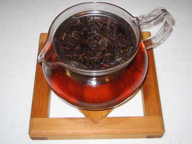 ほうじ茶をいれた HARIO 茶茶急須 丸 450ml CHJM-45T に入れたほうじ茶にお湯を注いだところ