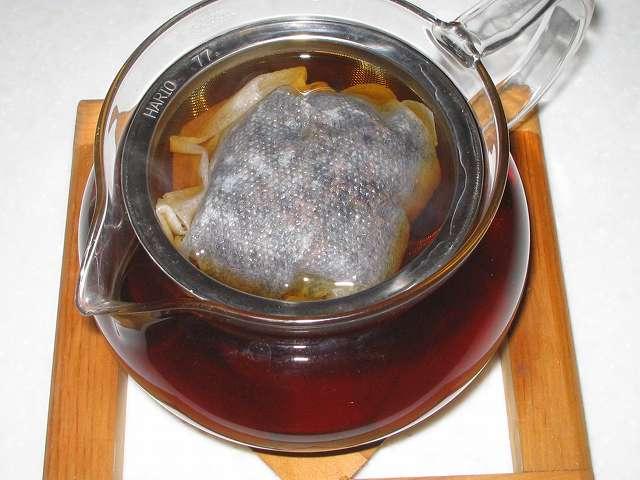 ほうじ茶を入れたトキワのお茶パック L を茶こしをセットした HARIO 茶茶急須 丸 450ml CHJM-45T にお湯を注ぎしばらく時間が経過したところ