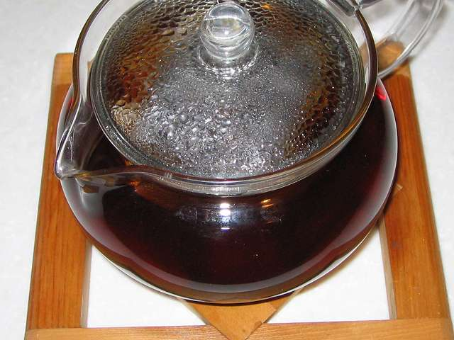 ほうじ茶を入れたトキワのお茶パック M を茶こしをセットした HARIO 茶茶急須 丸 450ml CHJM-45T にお湯を注ぎしばらく時間が経過してふたをしたところ
