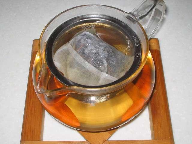 ほうじ茶を入れたトキワのお茶パック M を茶こしをセットした HARIO 茶茶急須 丸 450ml CHJM-45T にお湯を注いだところ