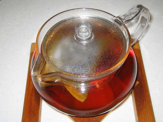 ほうじ茶を入れたトキワのお茶パック M を茶こしをセットせず HARIO 茶茶急須 丸 450ml CHJM-45T に直接入れお湯を注ぎしばらく時間が経過してふたをしたところ
