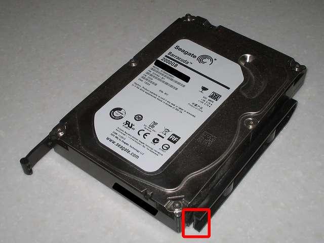 Antec Three Hundred Two AB から 破損した 3.5 インチ HDD プラスチックドライブレールに取り付けてある HDD を取り出し