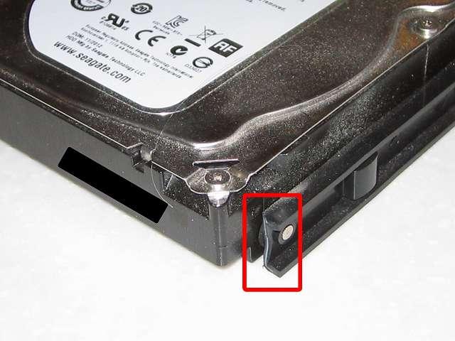 Antec Three Hundred Two AB、破損した 3.5 インチ HDD プラスチックドライブレールの断面部分
