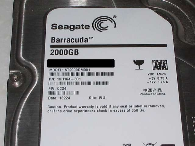 3.5 インチ HDD プラスチックドライブレールに取り付けてあった Seagate ST2000DM001 PN : 1CH164-301 FW : CC24 ラベル面拡大撮影