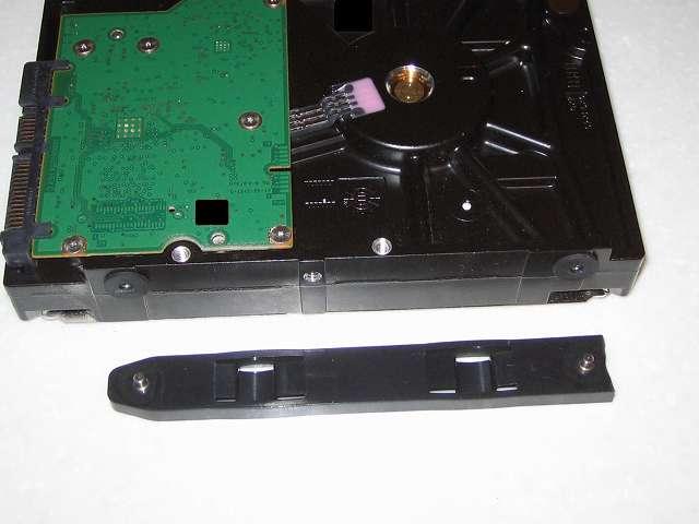 Seagate ST2000DM001 に取り付けてある破損した 3.5 インチ HDD プラスチックドライブレールを取り外し