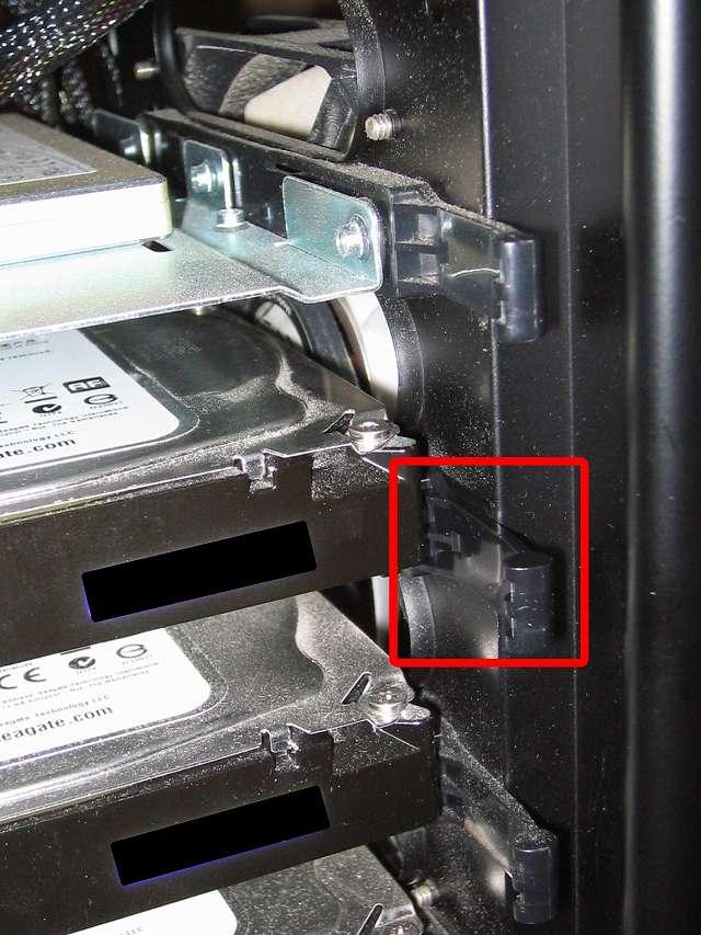 リンクスアウトレットで購入した保守パーツ 3.5 インチ HDD プラスチックドライブレール交換後、Antec Three Hundred Two AB に取り付け