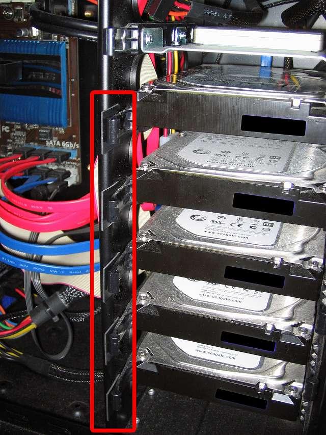 Antec Three Hundred Two AB 振動対策、すべての 3.5 インチ HDD プラスチックドライブレール(左側)に天然ゴムシート板 20mm(2cm) 角を挟む、PCケース振動対策にならず