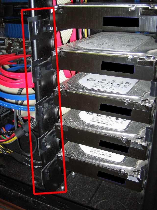 Antec Three Hundred Two AB 振動対策、すべての 3.5 インチ HDD プラスチックドライブレール(左側)に天然ゴムシート板 20mm(2cm) 角を挟む、PCケース振動対策にならず(別角度から撮影)